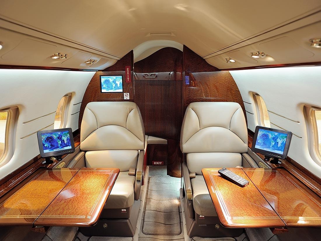 ¿Qué necesitas para ser azafata de vuelo, azafata de tren o de tierra?